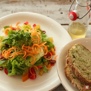 Grüntee-Brot zu Salat